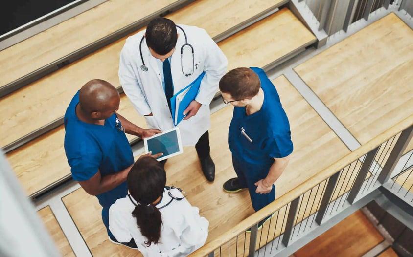 doctors_standing_group_tablet